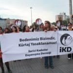 """İKD'liler, Taksim'de """"Bedenimiz Bizimdir, Kürtaj Yasaklamaz"""" sloganını yükseltti"""