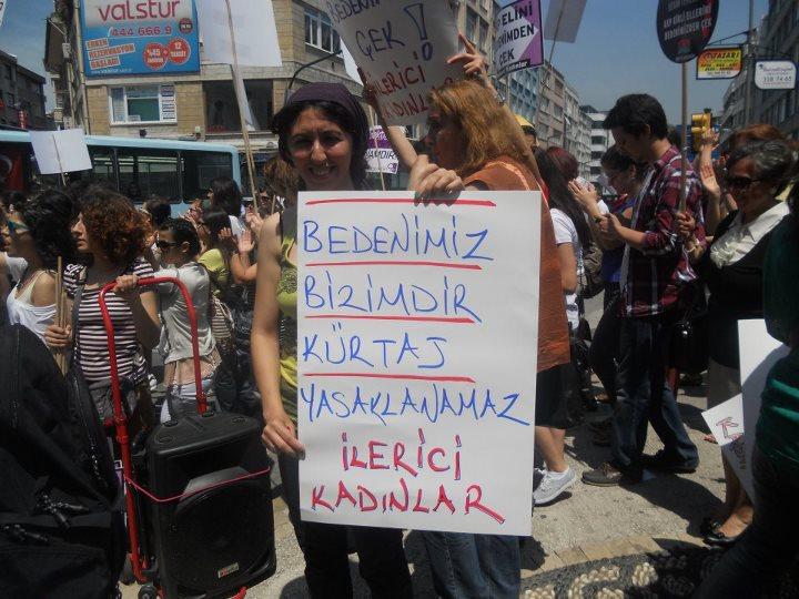"""Kadıköy'de kadınlar haykırdı: """"Kürtaj haktır,Uludere katliamdır""""."""
